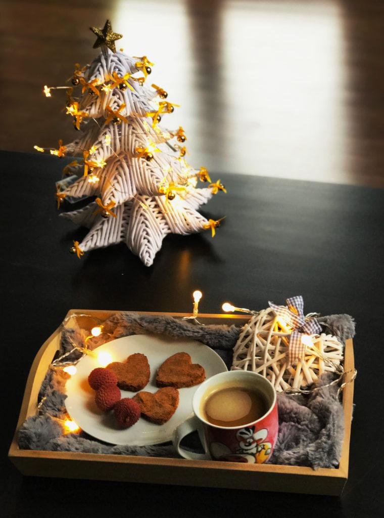 CIastka w towarzystwie kawy i świątecznej choinki DIY