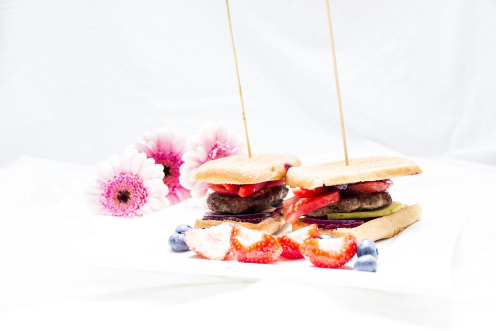 Burgery z truskawkowo - borówkowym chutney